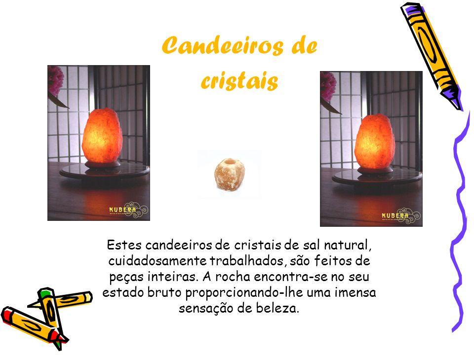 Candeeiros de cristais Estes candeeiros de cristais de sal natural, cuidadosamente trabalhados, são feitos de peças inteiras. A rocha encontra-se no s
