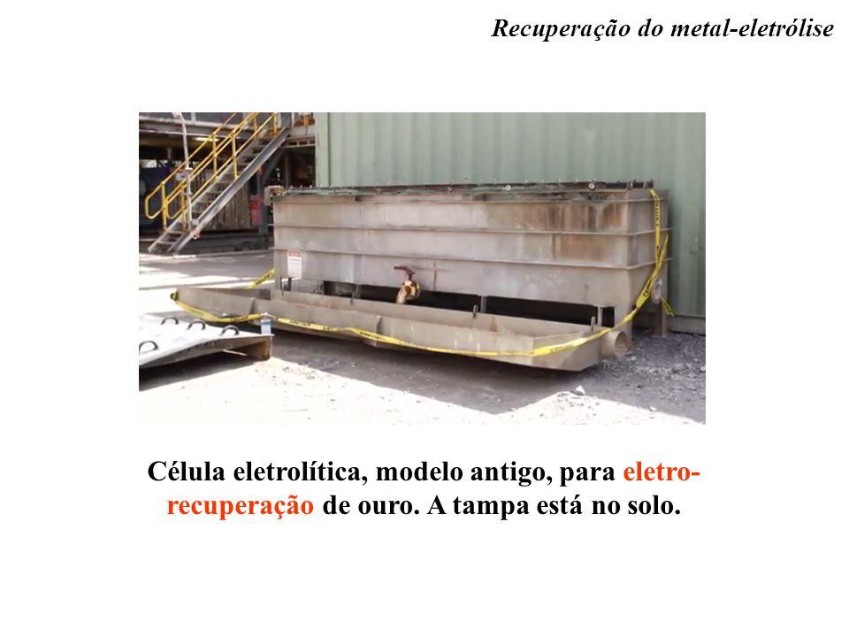 Célula eletrolítica, modelo antigo, para eletro- recuperação de ouro. A tampa está no solo. Recuperação do metal-eletrólise