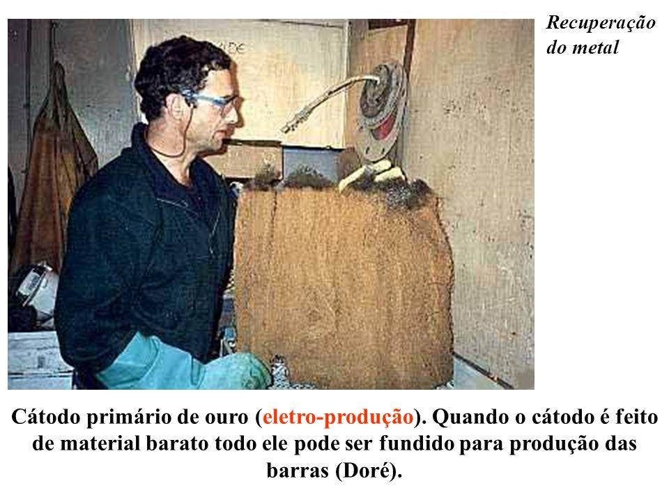 Recuperação do metal Cátodo primário de ouro (eletro-produção). Quando o cátodo é feito de material barato todo ele pode ser fundido para produção das