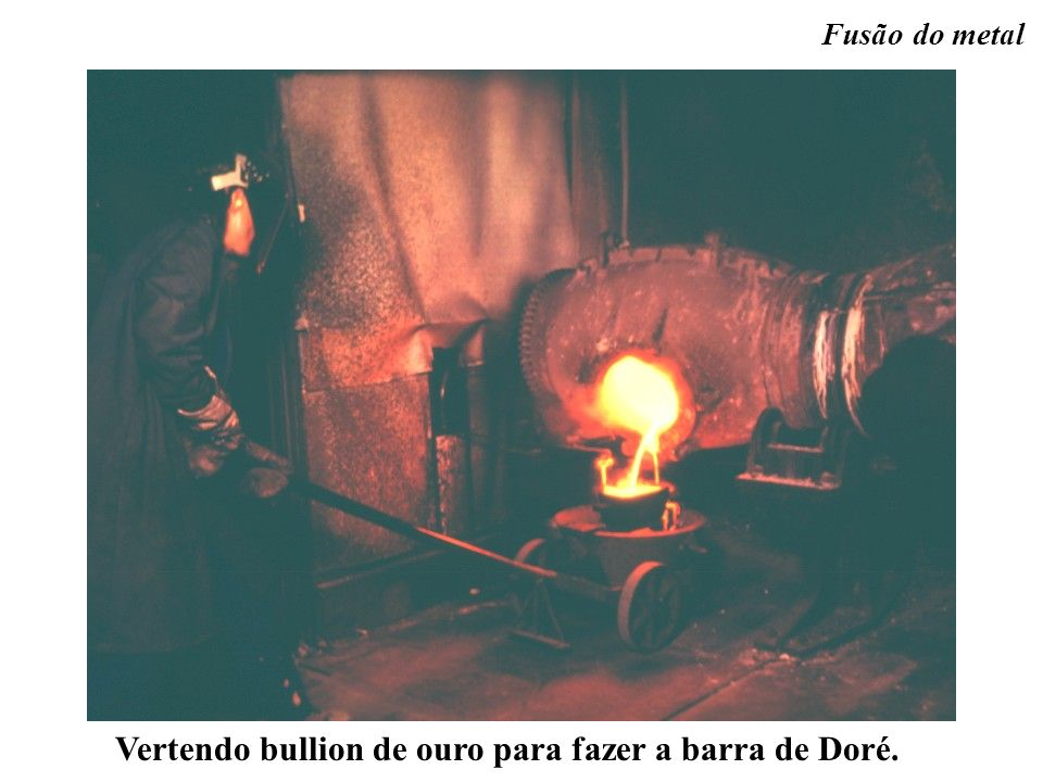 Vertendo bullion de ouro para fazer a barra de Doré. Fusão do metal
