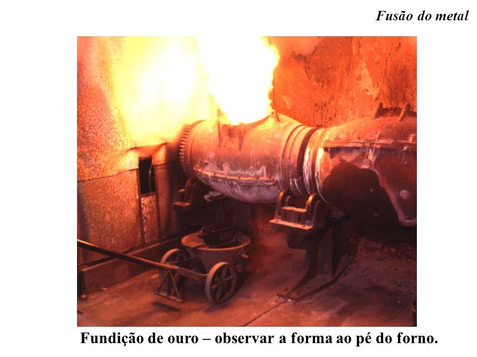 Fundição de ouro – observar a forma ao pé do forno. Fusão do metal