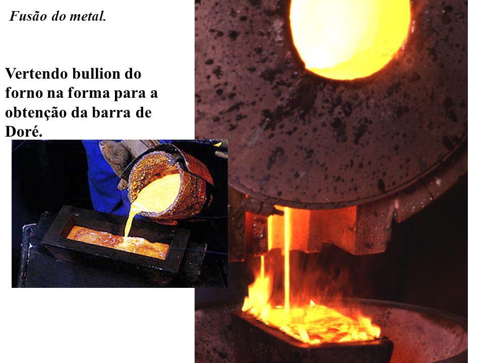 Vertendo bullion do forno na forma para a obtenção da barra de Doré. Fusão do metal.