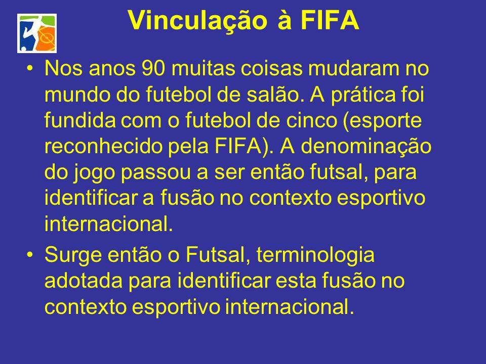 Vinculação à FIFA Nos anos 90 muitas coisas mudaram no mundo do futebol de salão. A prática foi fundida com o futebol de cinco (esporte reconhecido pe