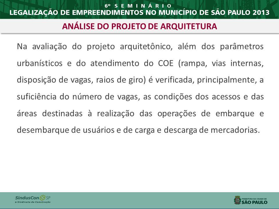 Na avaliação do projeto arquitetônico, além dos parâmetros urbanísticos e do atendimento do COE (rampa, vias internas, disposição de vagas, raios de g