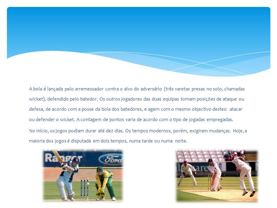 A bola é lançada pelo arremessador contra o alvo do adversário (três varetas presas no solo, chamadas wicket), defendido pelo batedor. Os outros jogad