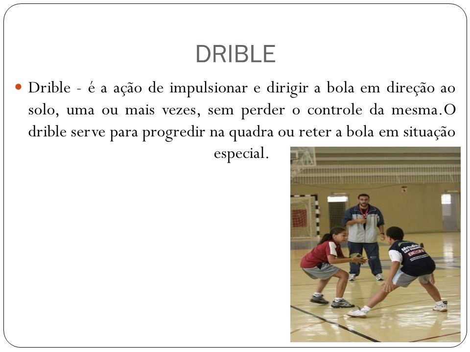 DRIBLE Drible - é a ação de impulsionar e dirigir a bola em direção ao solo, uma ou mais vezes, sem perder o controle da mesma.O drible serve para pro