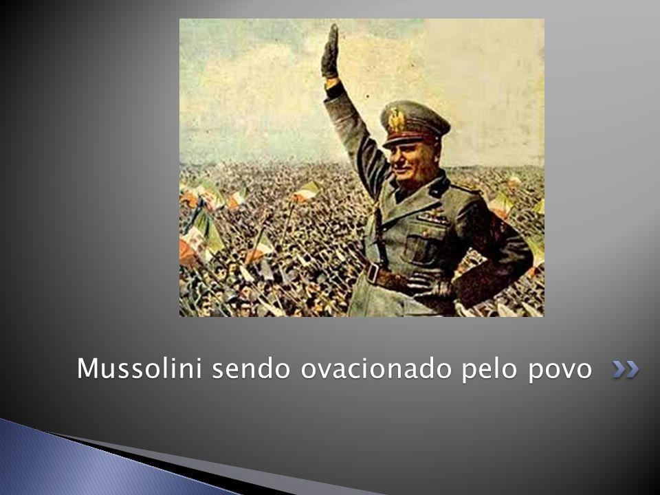 Mussolini sendo ovacionado pelo povo