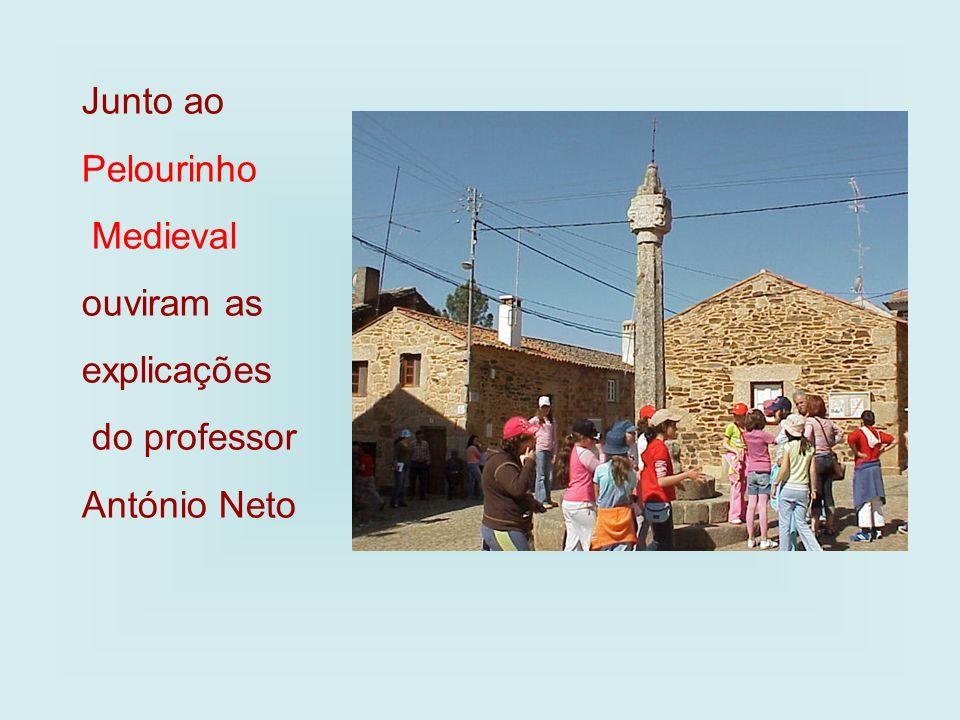 Junto ao Pelourinho Medieval ouviram as explicações do professor António Neto