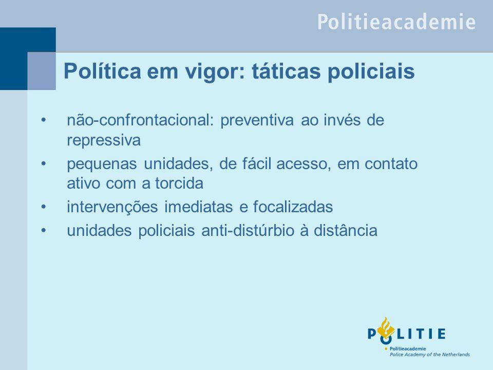 Política em vigor: táticas policiais não-confrontacional: preventiva ao invés de repressiva pequenas unidades, de fácil acesso, em contato ativo com a torcida intervenções imediatas e focalizadas unidades policiais anti-distúrbio à distância