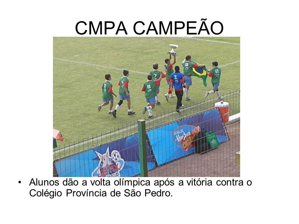 CMPA CAMPEÃO Alunos dão a volta olímpica após a vitória contra o Colégio Província de São Pedro.