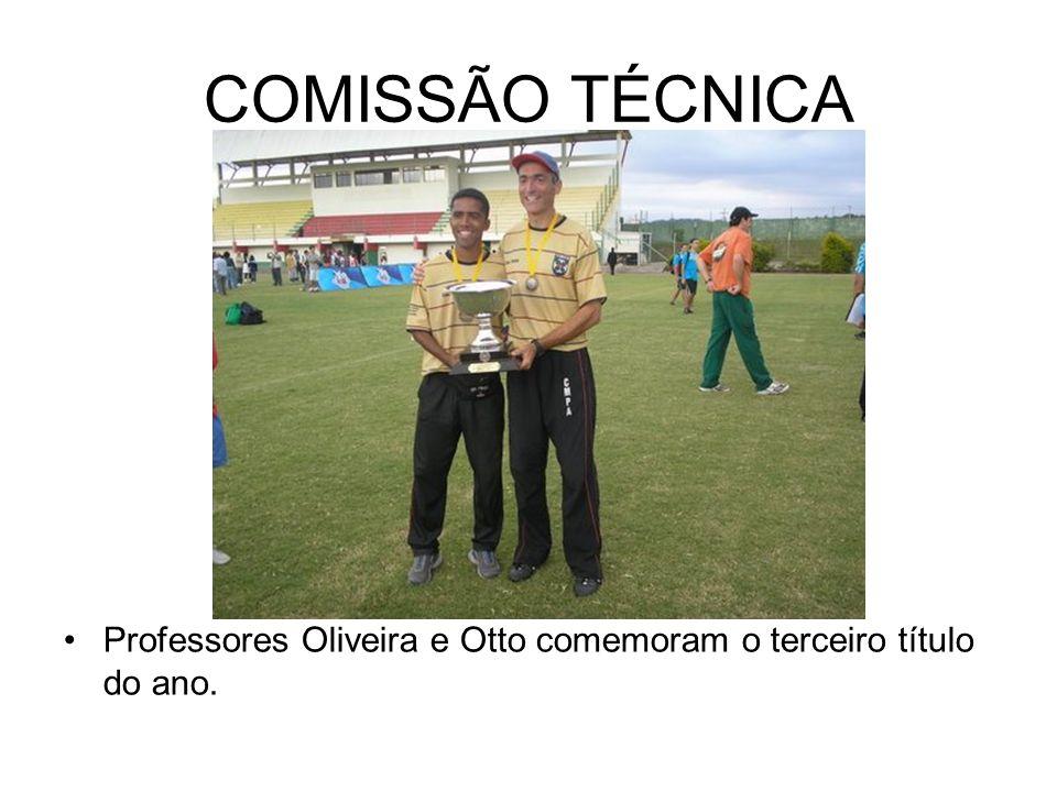COMISSÃO TÉCNICA Professores Oliveira e Otto comemoram o terceiro título do ano.