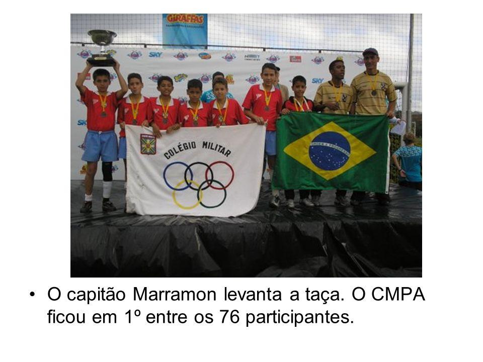 O capitão Marramon levanta a taça. O CMPA ficou em 1º entre os 76 participantes.