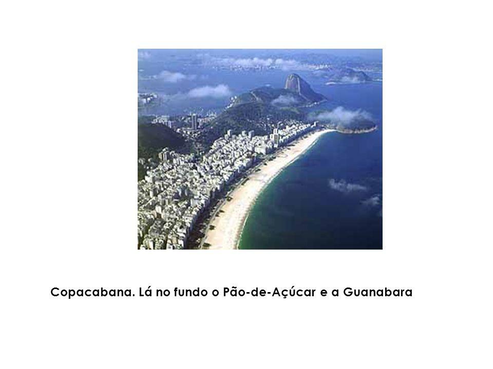 Copacabana. Lá no fundo o Pão-de-Açúcar e a Guanabara