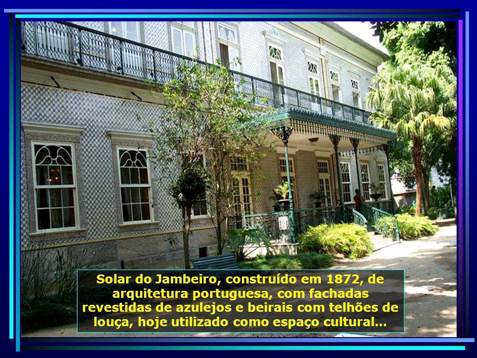 Teatro Municipal João Caetano, marco do teatro brasileiro, com pinturas interiores de Thomas Driendl. O atual pano de boca foi criado pelo paisagista
