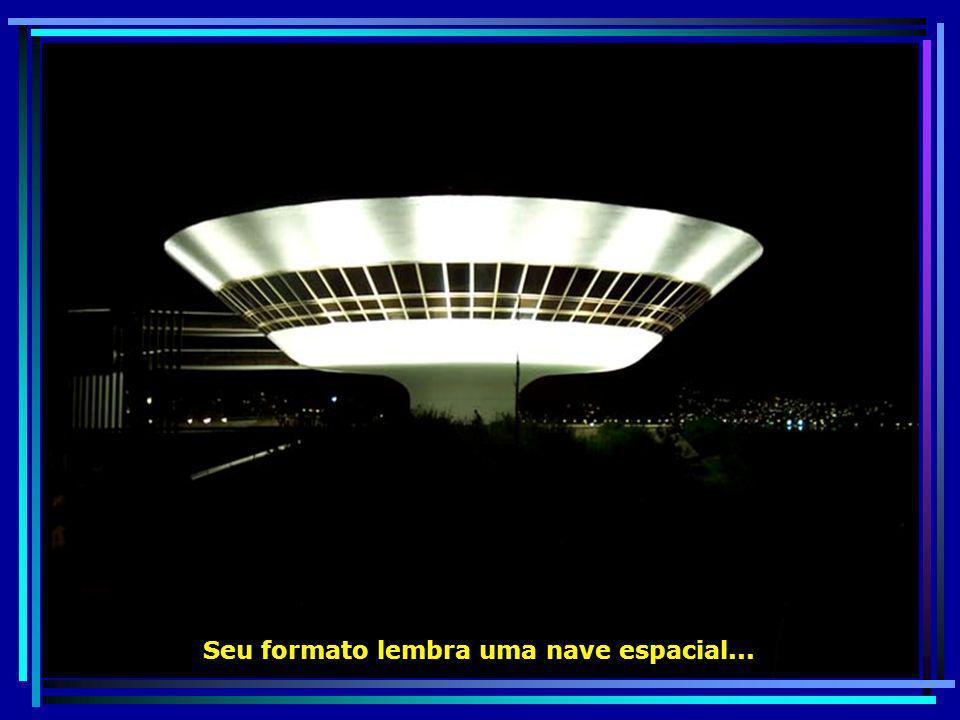 O belíssimo visual noturno do Museu de Arte Contemporânea - MAC…
