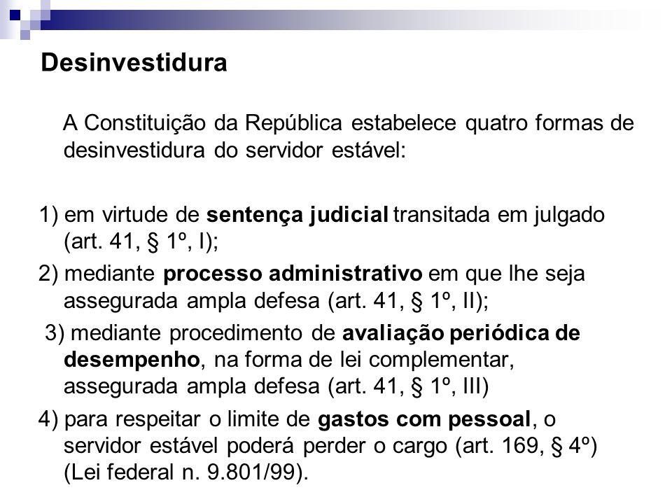 Desinvestidura A Constituição da República estabelece quatro formas de desinvestidura do servidor estável: 1) em virtude de sentença judicial transita