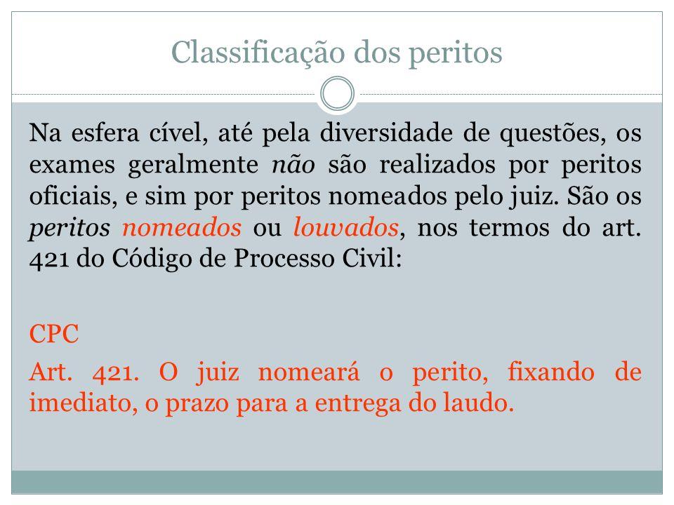 Classificação dos peritos Na esfera cível, até pela diversidade de questões, os exames geralmente não são realizados por peritos oficiais, e sim por p