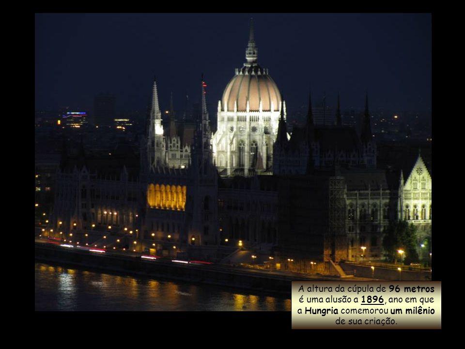 Tem 268 metros de comprimento por 123 metros de largura e sua monumental cúpula ergue-se até os 96 metros de altura.