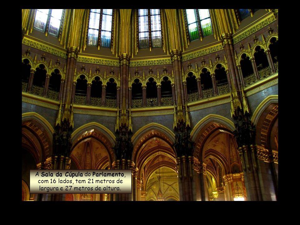 Parlamento Húngaro Seu interior inclui 10 pátios, 13 elevadores, 27 portões, 29 escadarias e 691 salas (incluindo mais de 200 escritórios).