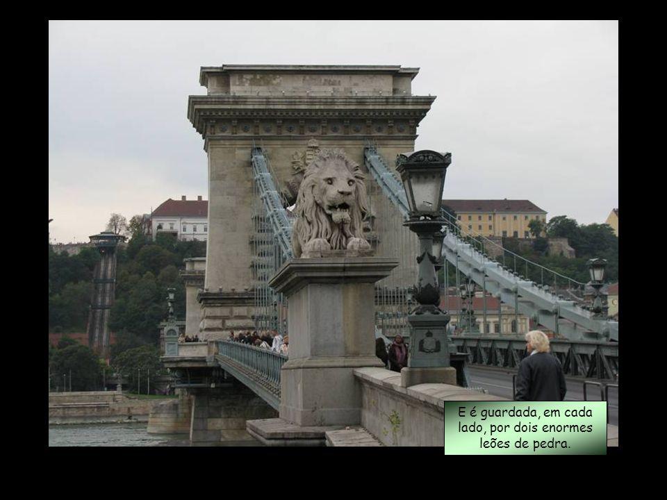 Ponte das Cadeias (Széchenyi lánchíd ) Tem 375 metros de comprimento e um vão central de 202 metros.