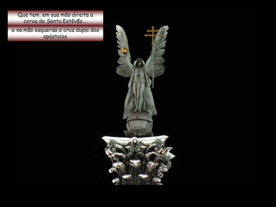 Sobre uma coluna central está uma estátua do arcanjo Gabriel