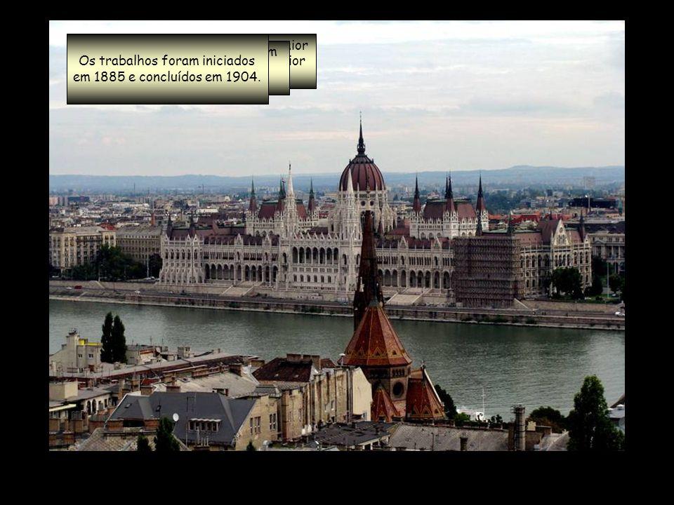 Foi construída entre 1839 e 1849 E é guardada, em cada lado, por dois enormes leões de pedra.