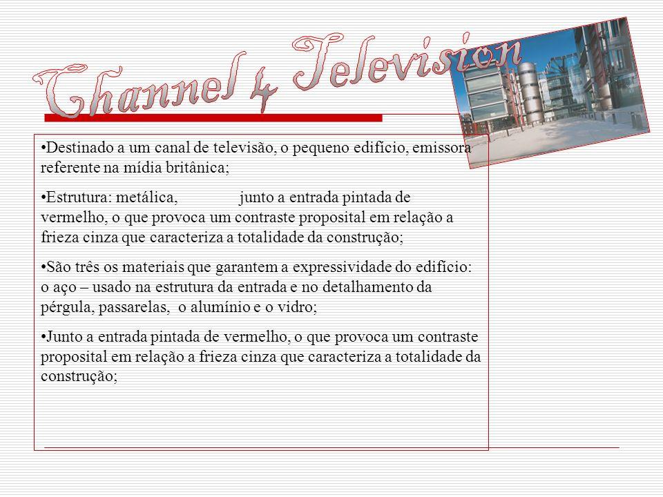 Destinado a um canal de televisão, o pequeno edifício, emissora referente na mídia britânica; Estrutura: metálica,junto a entrada pintada de vermelho,
