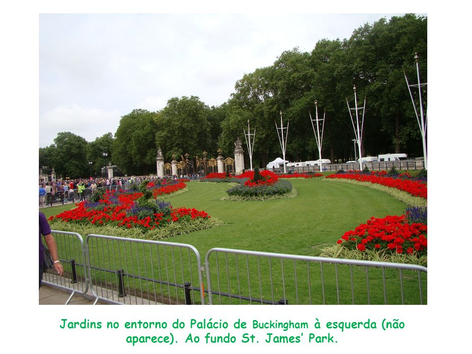 Jardins no entorno do Palácio de Buckingham à esquerda (não aparece). Ao fundo St. James Park.