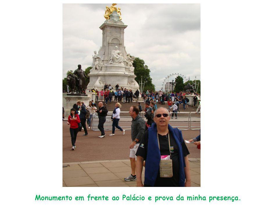 Monumento em frente ao Palácio e prova da minha presença.