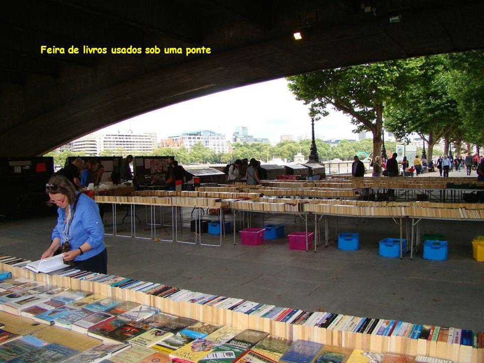 Feira de livros usados sob uma ponte