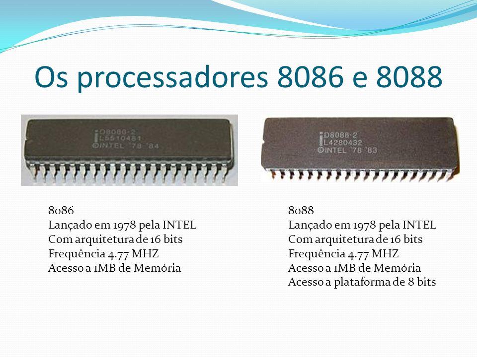 Os processadores 8086 e 8088 8086 Lançado em 1978 pela INTEL Com arquitetura de 16 bits Frequência 4.77 MHZ Acesso a 1MB de Memória 8088 Lançado em 19