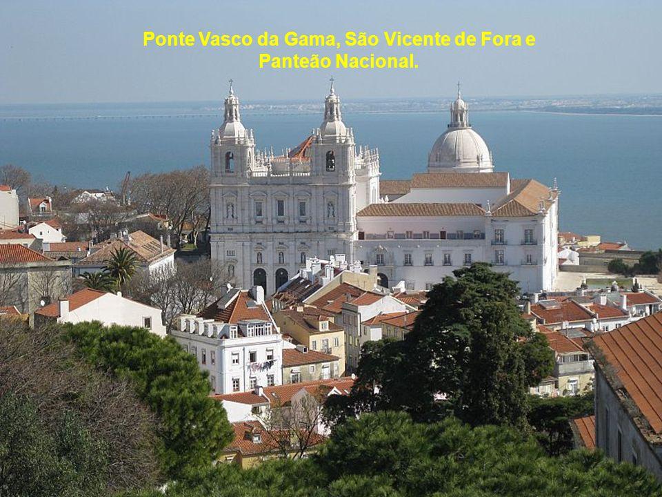 Monumento a Cristo Rei e Ponte 25 de Abril desde o castelo.