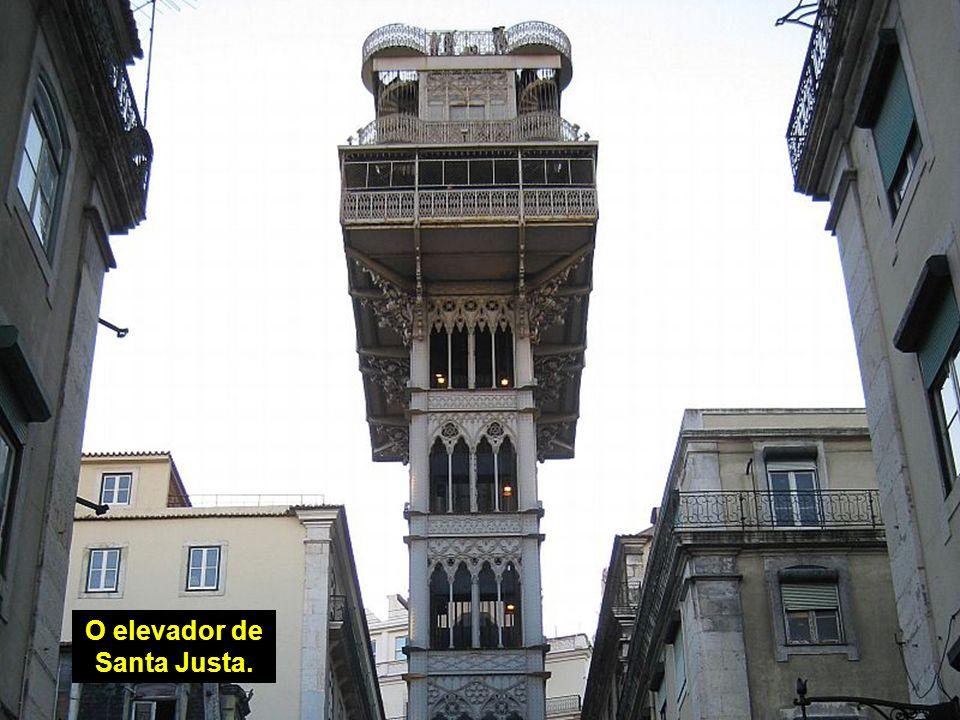 O elevador de Santa Justa e o Convento do Carmo.