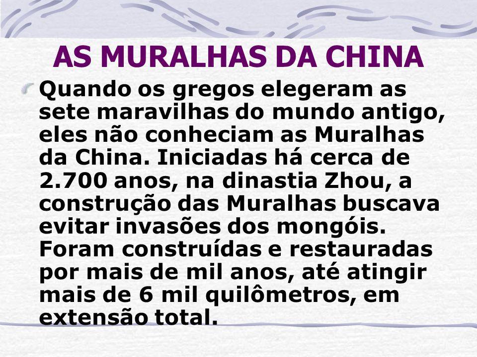 AS MURALHAS DA CHINA Quando os gregos elegeram as sete maravilhas do mundo antigo, eles não conheciam as Muralhas da China. Iniciadas há cerca de 2.70