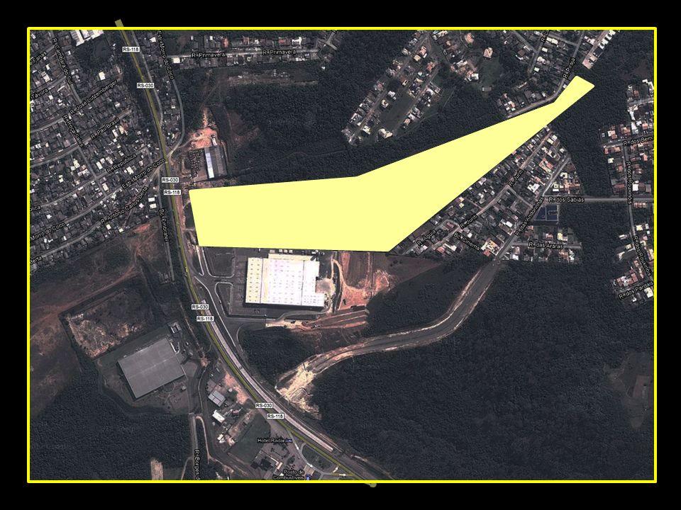 Junto à divisa frontal do terreno, rua projetada, para ligação com a Estrada Morro do Coco.
