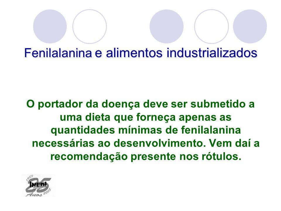 Fenilalanina e alimentos industrializados O portador da doença deve ser submetido a uma dieta que forneça apenas as quantidades mínimas de fenilalanin