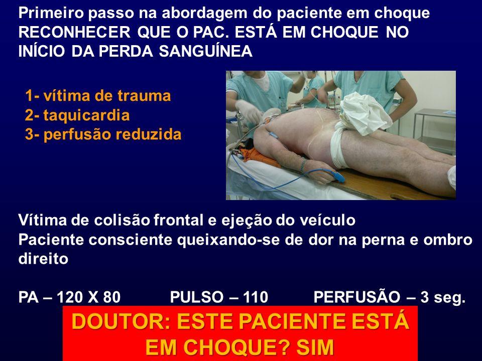Primeiro passo na abordagem do paciente em choque RECONHECER QUE O PAC. ESTÁ EM CHOQUE NO INÍCIO DA PERDA SANGUÍNEA Vítima de colisão frontal e ejeção