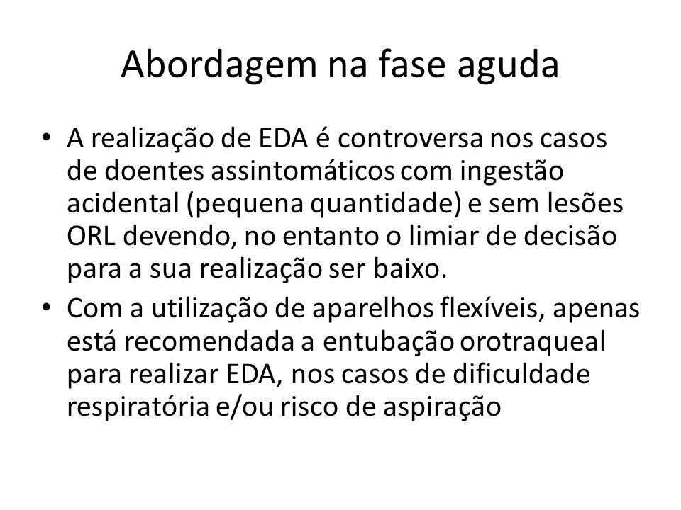Abordagem na fase aguda A realização de EDA é controversa nos casos de doentes assintomáticos com ingestão acidental (pequena quantidade) e sem lesões