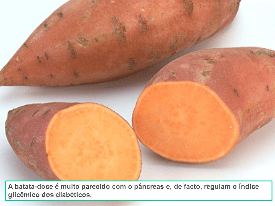 Figos estão cheios de sementes estão pendurados aos pares quando crescem.
