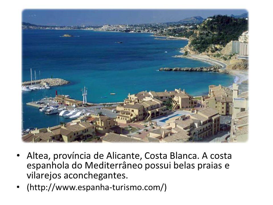 Altea, província de Alicante, Costa Blanca. A costa espanhola do Mediterrâneo possui belas praias e vilarejos aconchegantes. (http://www.espanha-turis