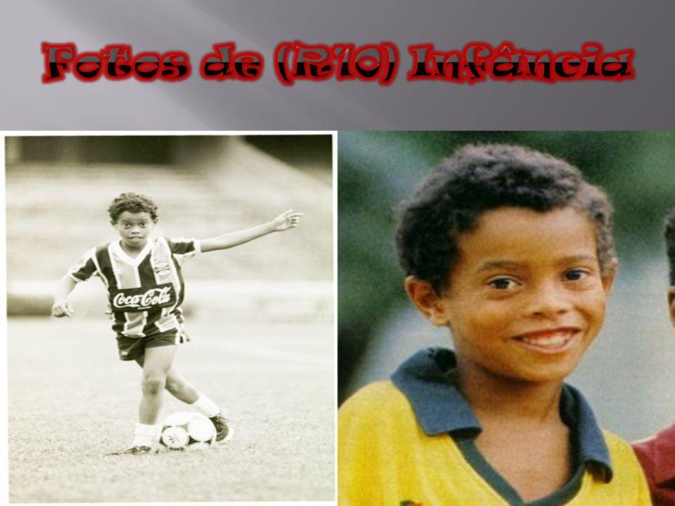 Desde pequeno, Ronaldinho já demonstrava habilidade com a bola, como se pode ver em vídeos caseiros da sua família.