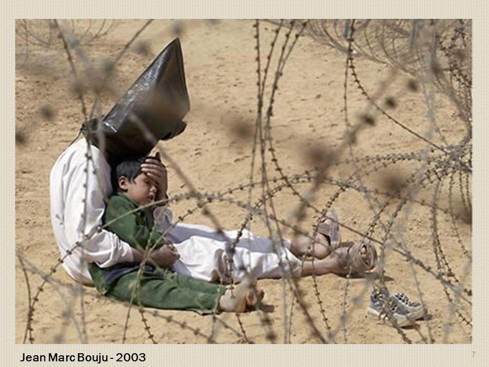 Prisioneiro iraquiano da guerra tentando acalmar o seu filho.
