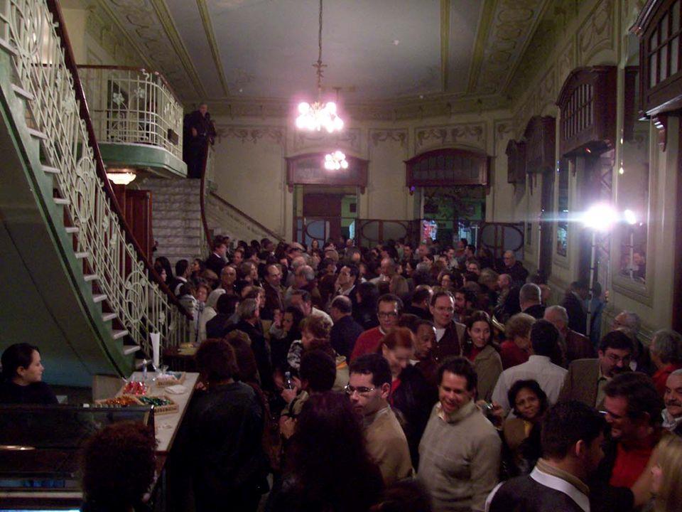 Após o espetáculo, a confraternização entre público e artistas.