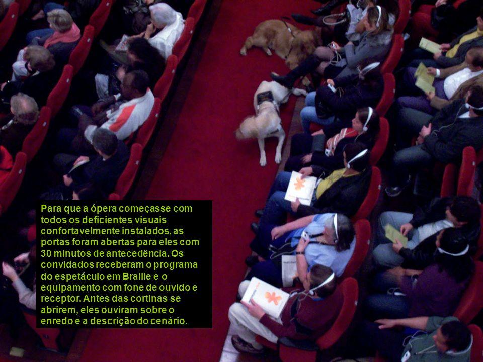 A empolgação dos dois animais ao se encontrarem provoca uma cena pouco comum em teatros, mas os cães não latem nem chegam a chamar a atenção do públic