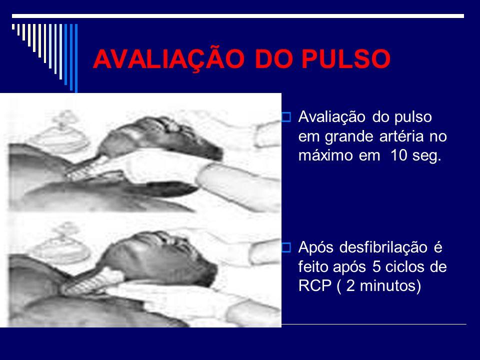 AVALIAÇÃO DO PULSO Avaliação do pulso em grande artéria no máximo em 10 seg. Após desfibrilação é feito após 5 ciclos de RCP ( 2 minutos)