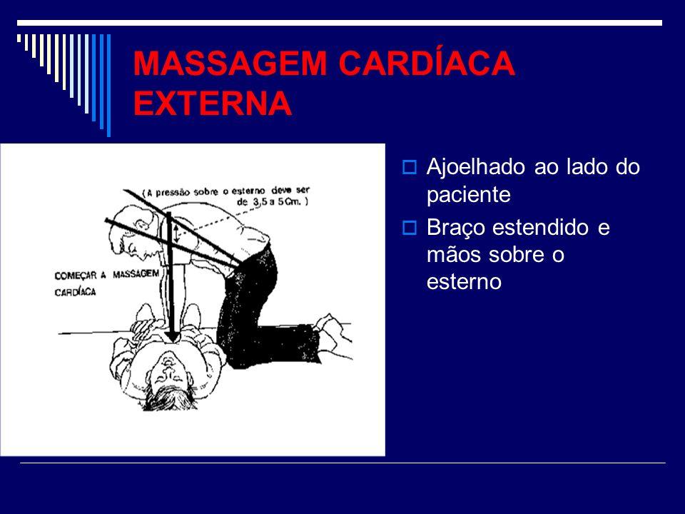 MASSAGEM CARDÍACA EXTERNA Ajoelhado ao lado do paciente Braço estendido e mãos sobre o esterno