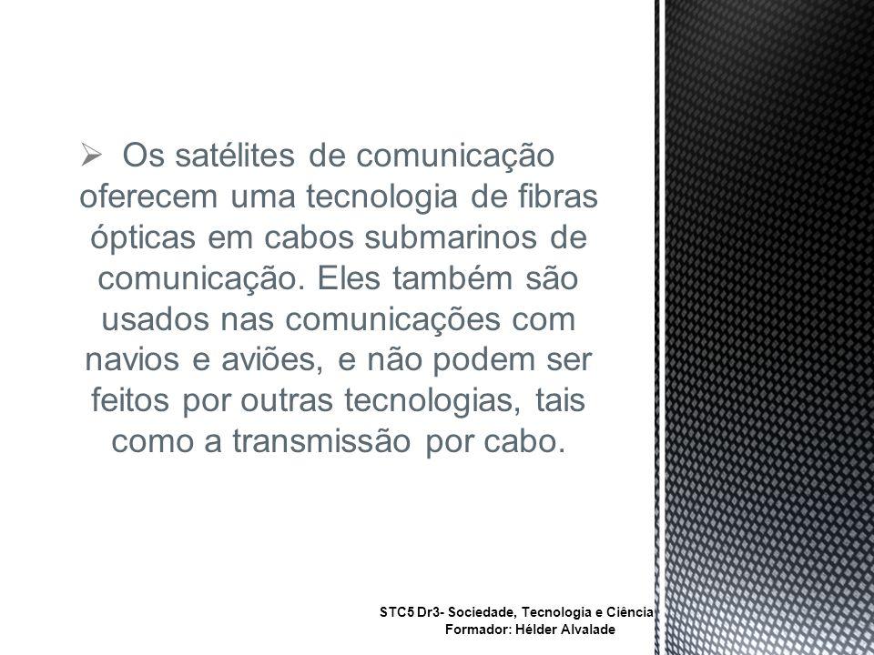 Os satélites de comunicação oferecem uma tecnologia de fibras ópticas em cabos submarinos de comunicação.