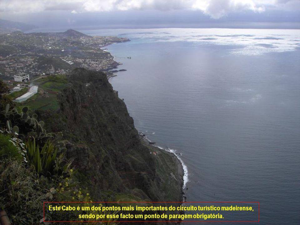 Cabo Girão o segundo maior promontório do mundo, com uma altura de 589 metros.