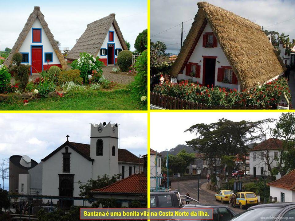 Santana é conhecida pelas suas casas triangulares. Estas casas construídas com pedra natural e colmo, são usadas como estábulos e algumas vezes como h