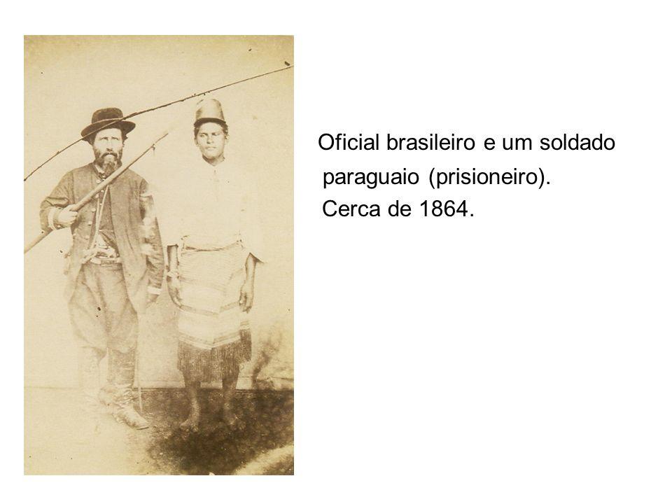 Oficial brasileiro e um soldado paraguaio (prisioneiro). Cerca de 1864.
